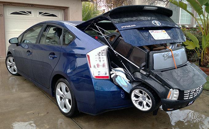 Toyota Prisus VS Cadillac Escalade